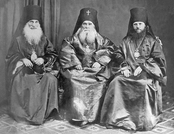 Архиепископ Иннокентий (Вениаминов) (в центре)